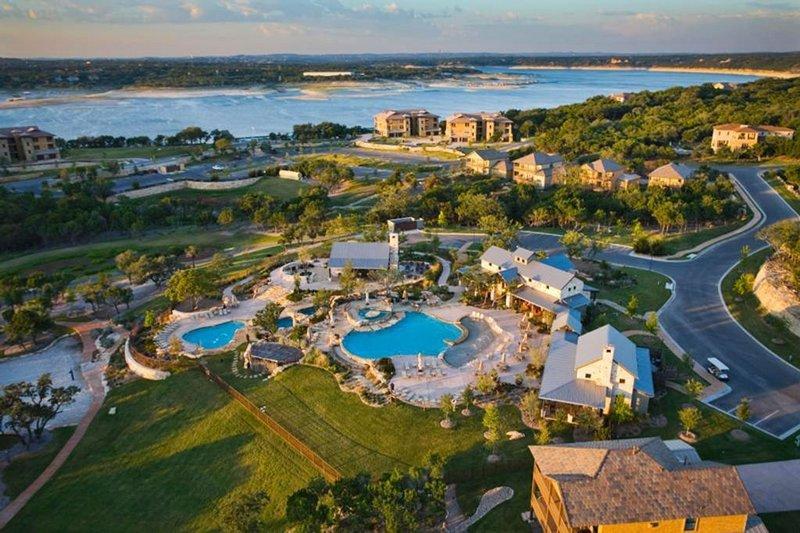 Cozy Pet Friendly Villa with large porch at Hollows Resort 4 pools, Grill/Bar, M, alquiler vacacional en Jonestown