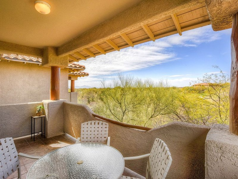 Dog-friendly condo with a shared pool, hot tub & mountain views!, location de vacances à Oro Valley