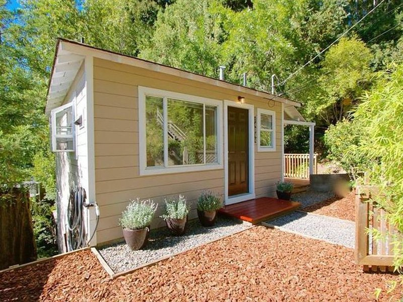 Dog-friendly house w/tranquil surroundings, deck, walk to the river, alquiler vacacional en Guerneville