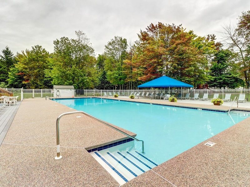 Family-friendly condo with shared pools, sauna, hot tub, tennis, & fitness room, location de vacances à Warren
