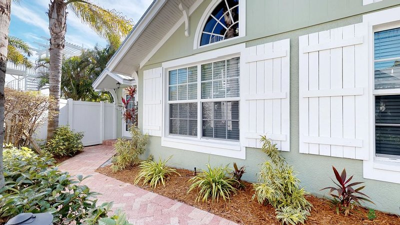 Charming cottage-style condo w/ shared pool, Gulf views & easy beach access!, vacation rental in Holmes Beach