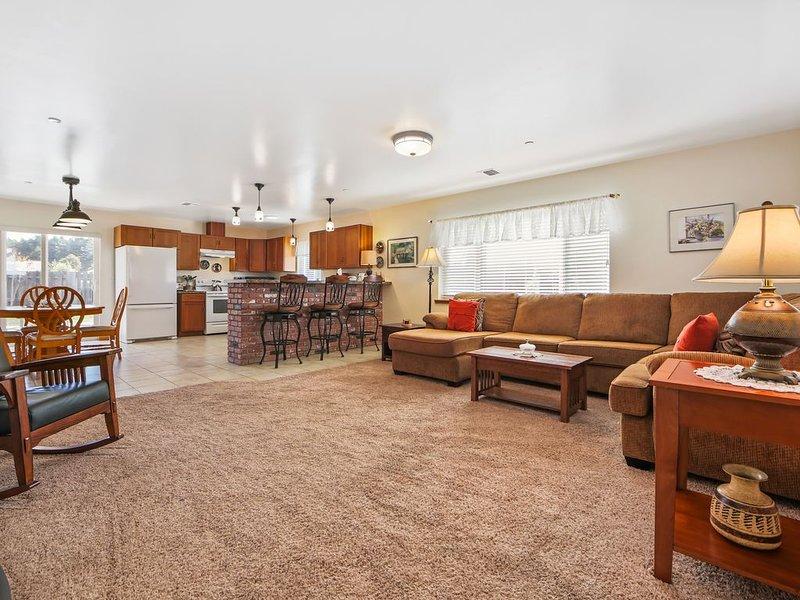Comfortable single-level home w/ sunny patio, close to the coast & Noyo River!, location de vacances à Fort Bragg