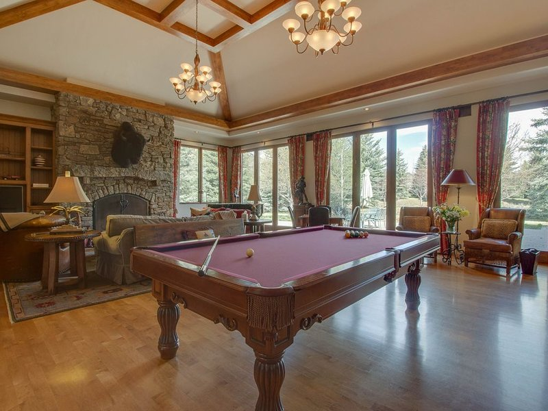Luxurious, secluded house w/ private hot tub, gym, game room & mountain views!, vacation rental in Hailey