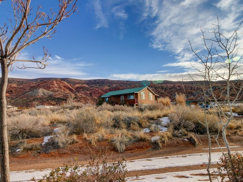 Dog-friendly home w/shared hot tub in quiet neighborhood - 14 miles to Arches!, location de vacances à La Sal