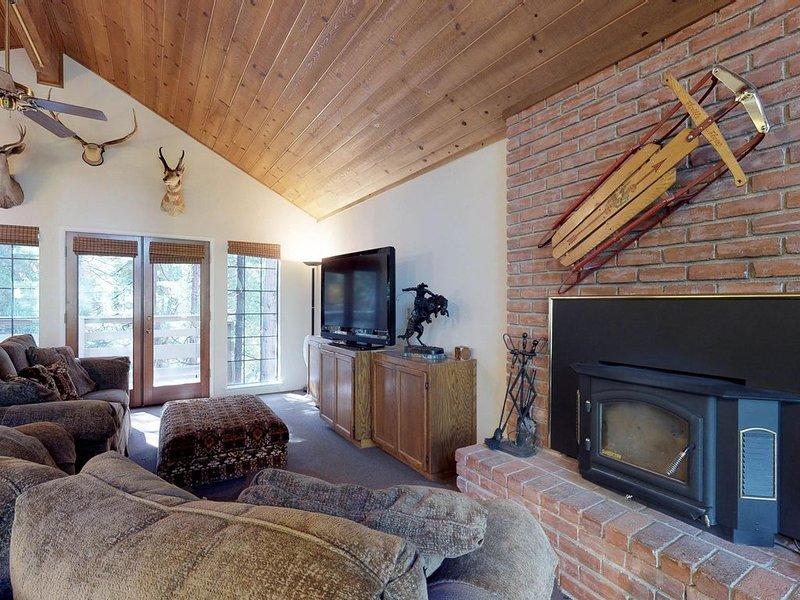 Cozy, split-level home near Shaver Lake, restaurants, and China Peak Mtn Resort!, holiday rental in Auberry