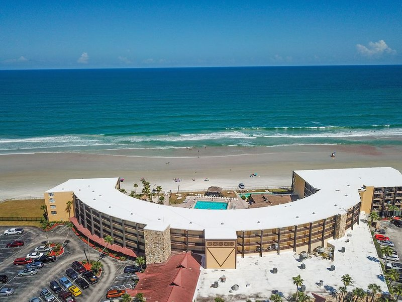 Oceanview studio with shared pool and hot tub right on the beach!, holiday rental in South Daytona