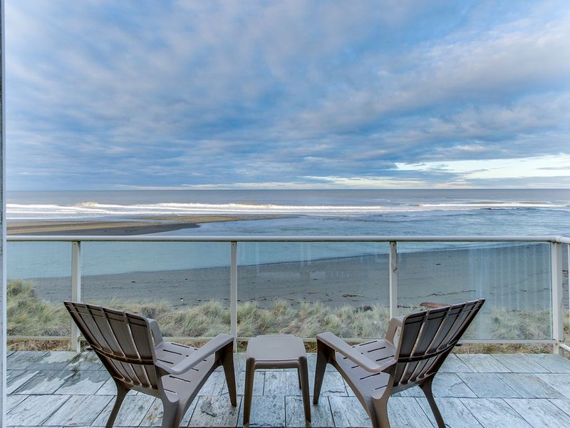 Oceanfront condo w/ spectacular ocean view - walk to beach!, vacation rental in Ophir
