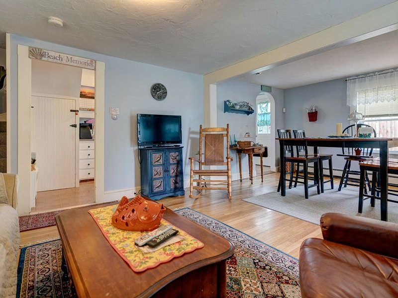 Casual cottage w/yard, patio - walk to the beach!, holiday rental in West Yarmouth