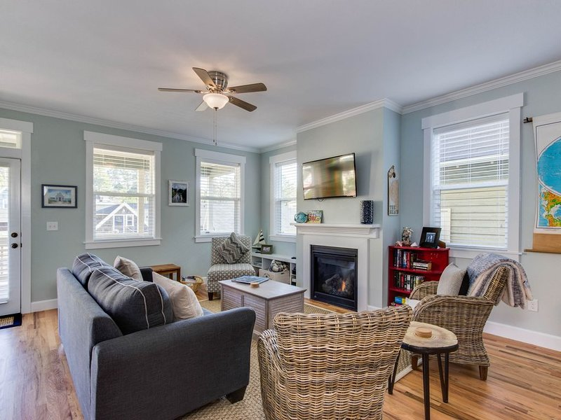 Dog-friendly beach house w/ private hot tub and access to a park!, alquiler de vacaciones en Lincoln City