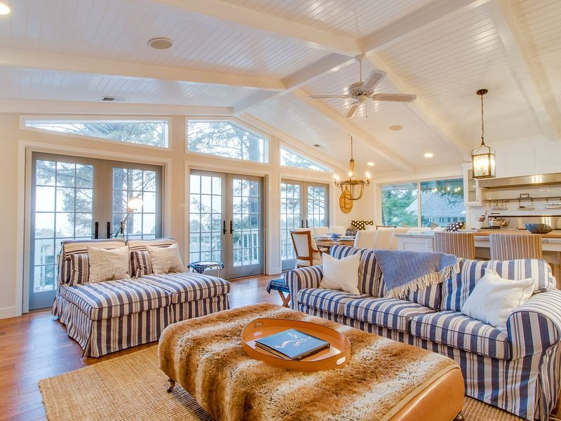 Elegant home with game room, gourmet kitchen, & deck with ocean view, aluguéis de temporada em Cannon Beach