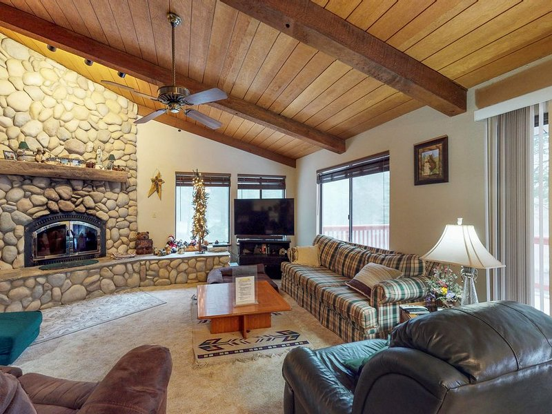 Dog-friendly, cabin-style home w/ deck & great location close to Shaver Lake, holiday rental in Auberry