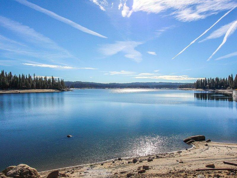 Rustic, breezy cabin offers peaceful woodland views and great location!, aluguéis de temporada em Shaver Lake