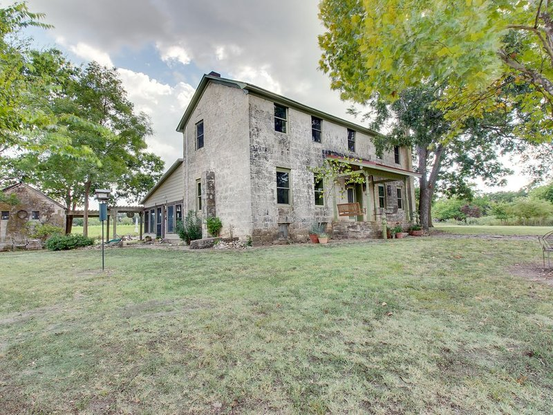 Historic 1890s limestone farmhouse on five acres w/hot tub - dogs OK!, casa vacanza a Willow City