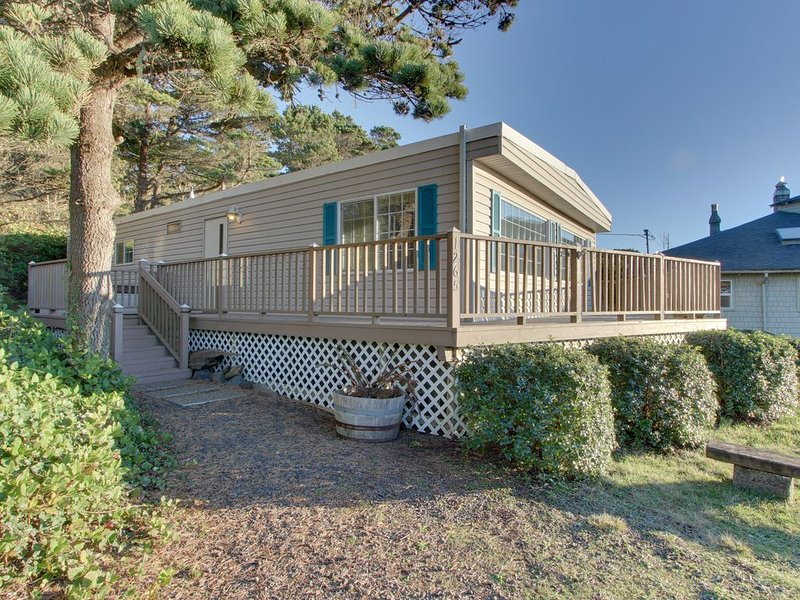 Cute, dog-friendly home w/ deck, ocean view, & beach access across the street, alquiler vacacional en Seal Rock