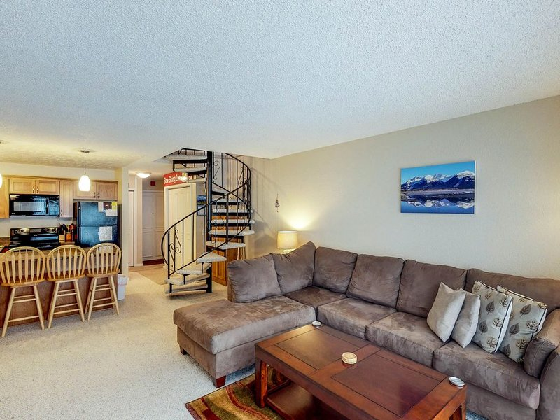 Renovated condo with mountain views, access to hiking & skiing, alquiler de vacaciones en Girdwood