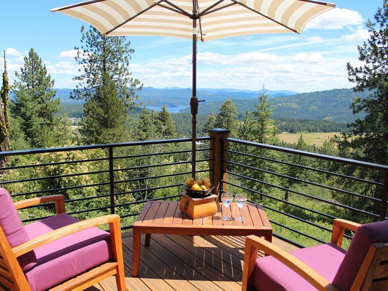 Stunning Mountaintop Home Minutes from Boat Launch, holiday rental in Coeur d'Alene
