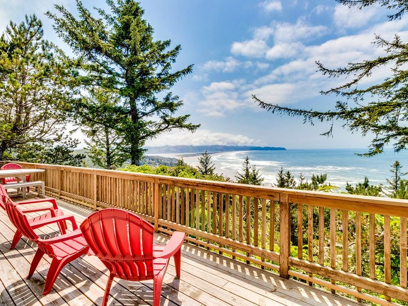Beautiful home above Maxwell Point with huge balcony & stunning ocean views, holiday rental in Cape Meares