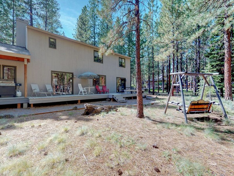 Family-friendly home w/ wood stove, shared hot tub, pool, tennis & more!, holiday rental in Black Butte Ranch