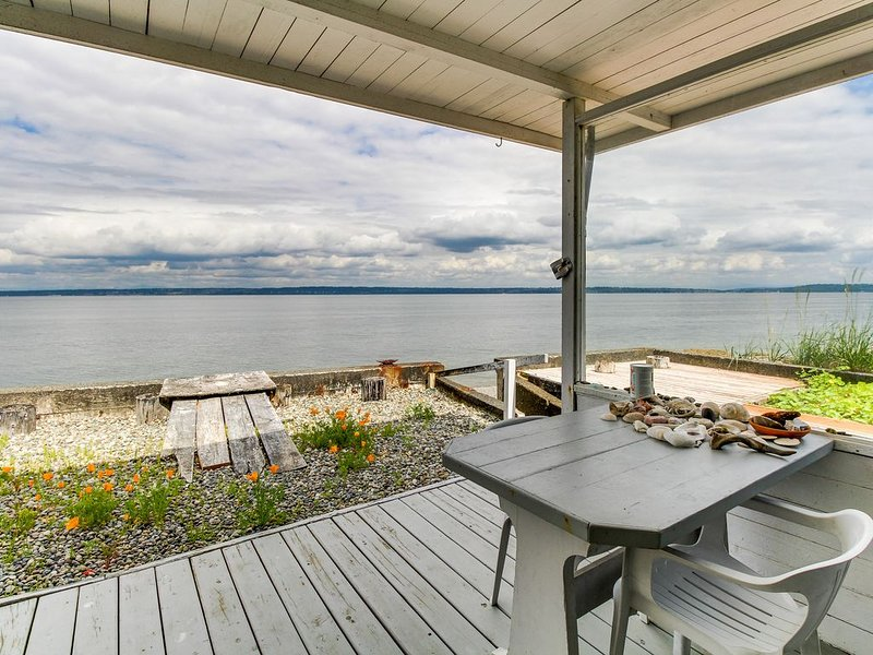 Stylish and private seaside home w/ easy beach access, free WiFi, and views!, location de vacances à Bainbridge Island