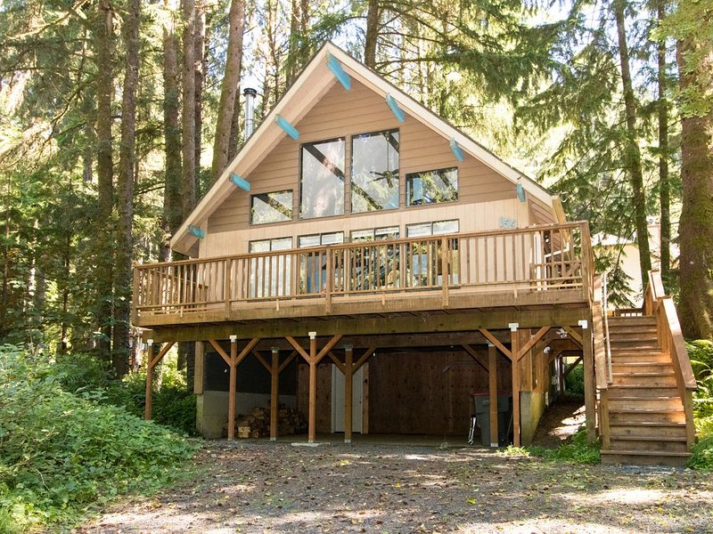 Quiet home in the woods w/ private deck - walk to the beach & Haystack Rock!, aluguéis de temporada em Cannon Beach