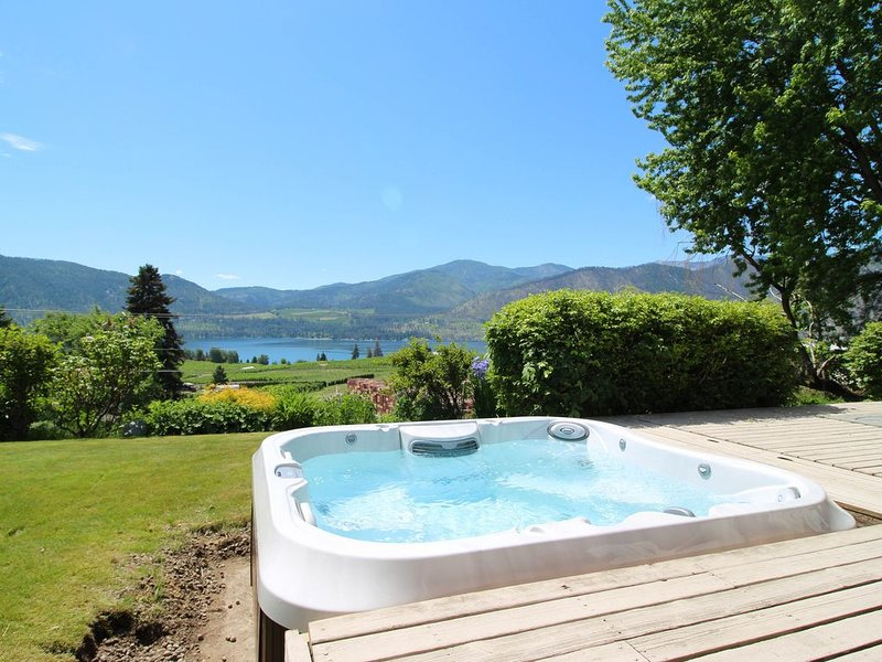 Peaceful home w/ hot tub & lake views-great location near wineries, holiday rental in Manson