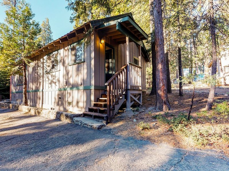 Cozy cabin for two with furnished patio - close to the village & lake, dogs OK!, alquiler de vacaciones en Shaver Lake