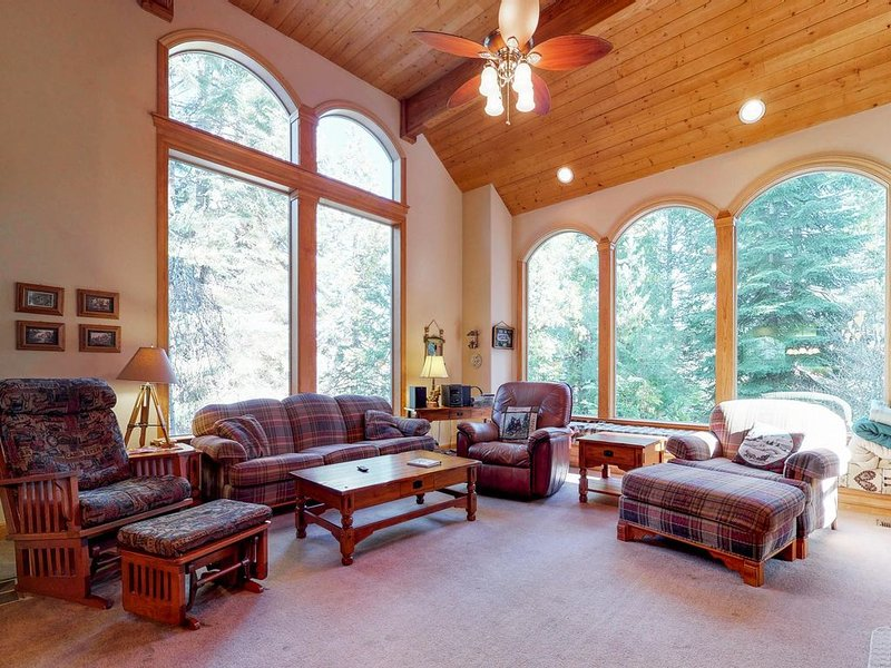 Modern mountain home w/ a large deck, a game room, only minutes from SL Village!, casa vacanza a Shaver Lake
