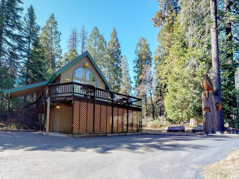 Classic charming family-friendly home with prime location and expansive deck, alquiler de vacaciones en Shaver Lake