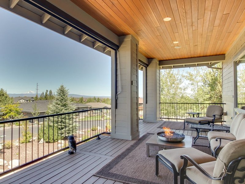 Peaceful home w/mountain views & shared pools, hot tubs, tennis, holiday rental in Redmond