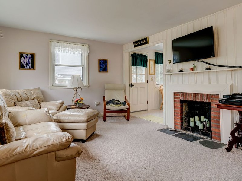 Cozy cottage w/ private deck, yard & grill - walk to Great Pond & Bristol Beach!, holiday rental in Teaticket