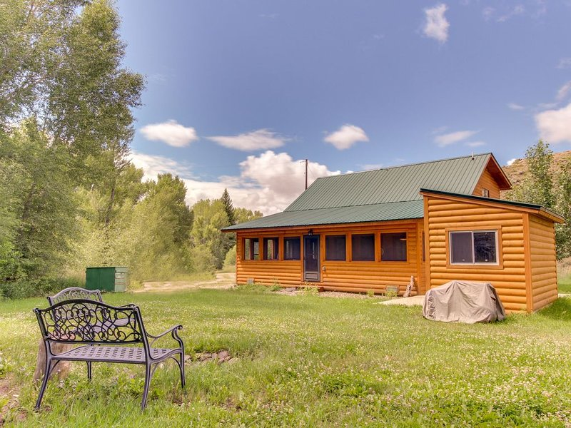 Semi-secluded creekside cabin, one mile away from Blue Mesa Reservoir - dogs ok!, alquiler de vacaciones en Gunnison