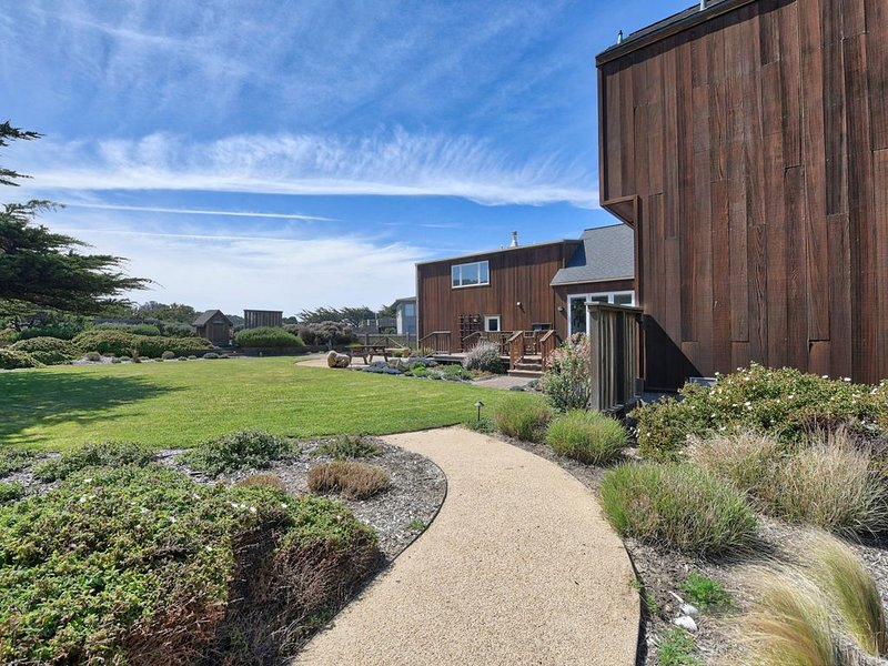 Gorgeous waterfront home with easy beach access, free WiFi, and more!, location de vacances à Mendocino County