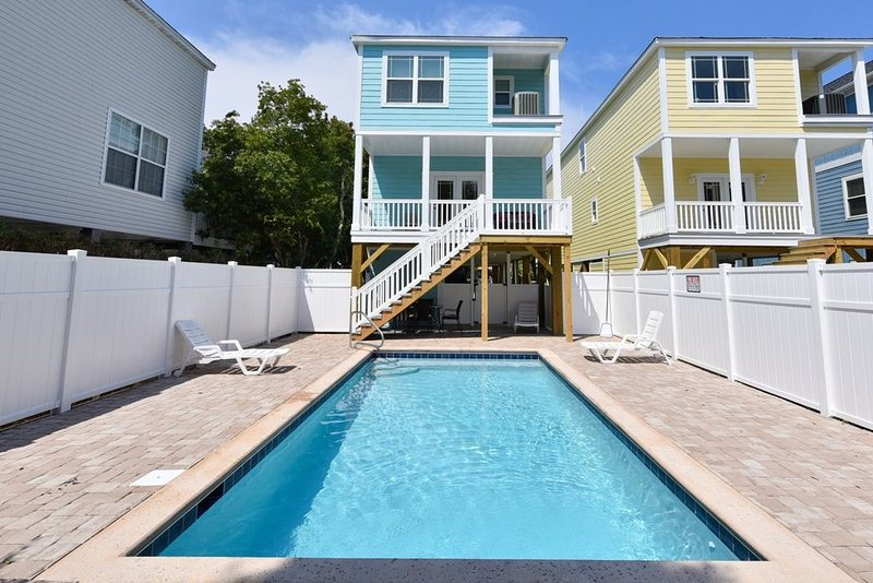 FADE AWAY -New 5 Bedroom House Only Steps From The Ocean With a Private Pool, casa vacanza a Surfside Beach