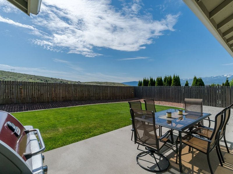 Ranch-style, single-level home with a gas grill, big backyard, near town!, alquiler vacacional en Wenatchee