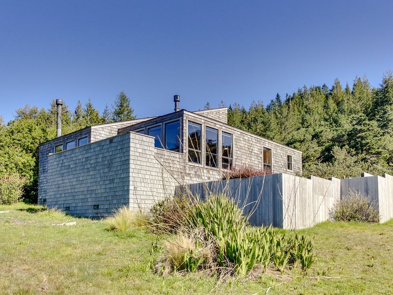 Stunning, upscale home w/ ocean views, hot tub & shared pool, tennis & sauna! – semesterbostad i The Sea Ranch