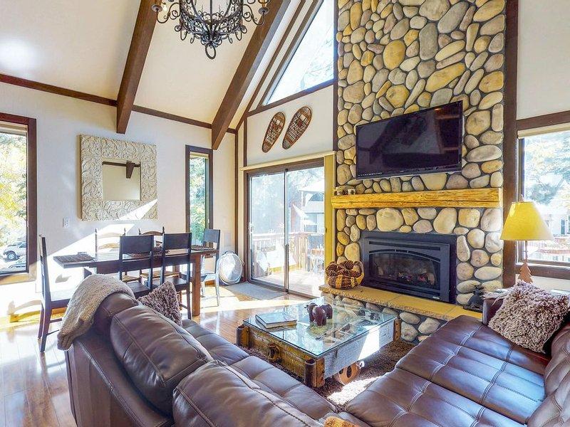Cozy vacation condo w/ deck & shared pool - close to lake, casinos, & skiing, alquiler de vacaciones en Incline Village