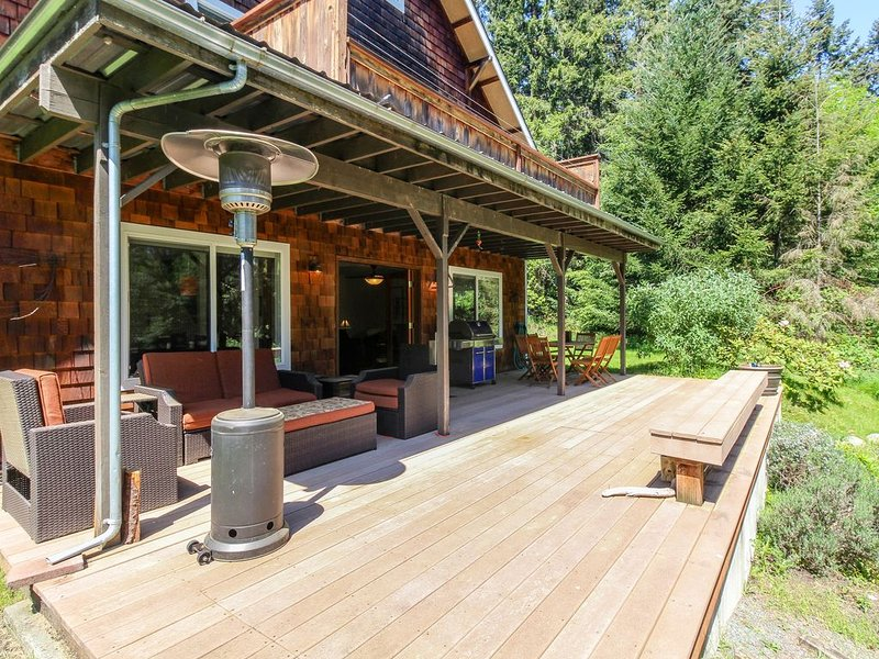 Dog-friendly home with peaceful location near lake, town, and more, location de vacances à Langley