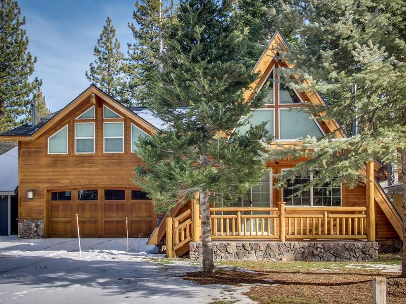 Tranquil, Family-Friendly A-Frame Cabin w/ Private Hot Tub and Big Backyard!, location de vacances à South Lake Tahoe
