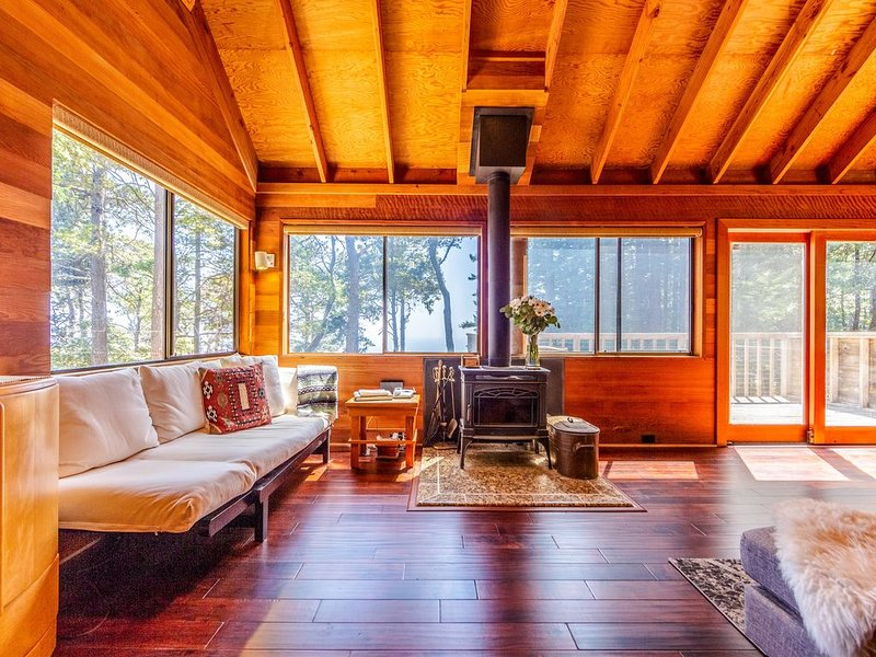 Historic cabin w/ woodstove, deck with ocean views, and shared pools/tennis!, vacation rental in The Sea Ranch
