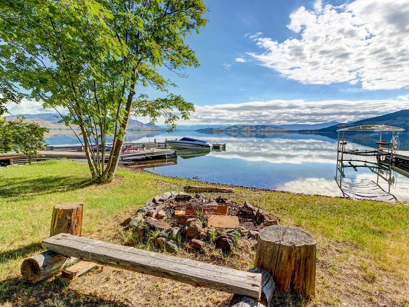 Charming waterfront home w/ private hot tub & dock - space over garage, holiday rental in Big Arm
