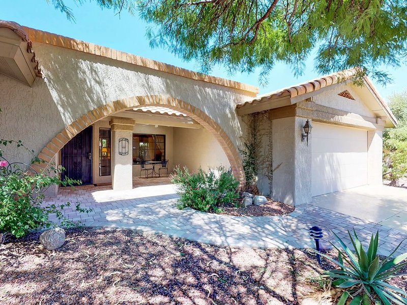 Vibrant, dog-friendly home near shopping, dining and hiking!, holiday rental in Oracle