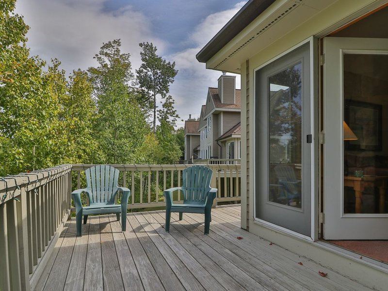 Slopeside townhome w/ deck, direct trail access & shared hot tub/pool!, location de vacances à Newry
