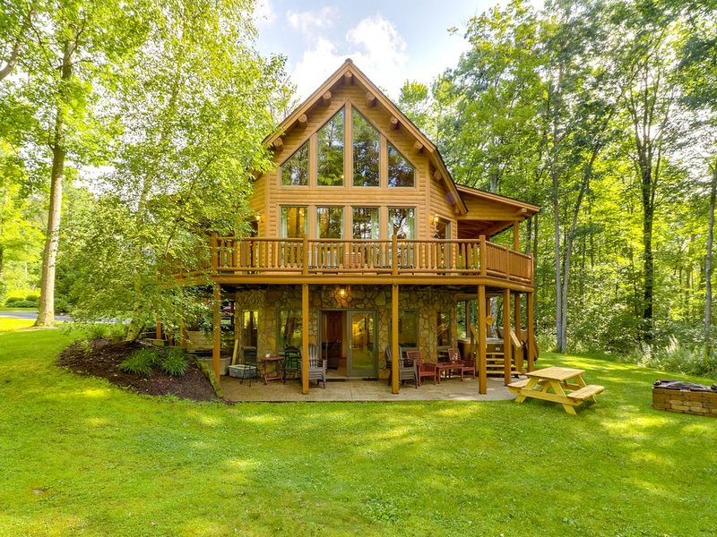 Beautiful cabin in the woods w/private hot tub & game room, close to skiing, holiday rental in McHenry