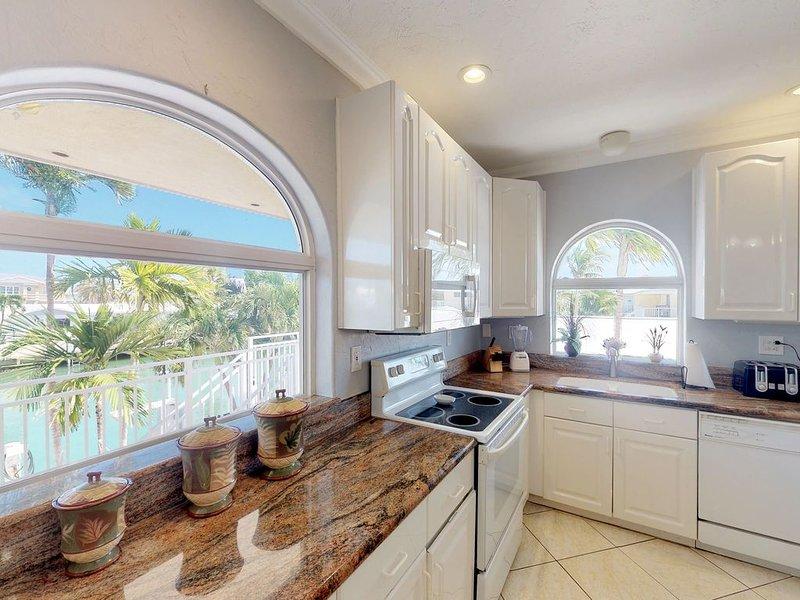 Waterfront home w/ shared pool, hot tub, 35 ft dock, & Cabana Club access!, aluguéis de temporada em Key Colony Beach