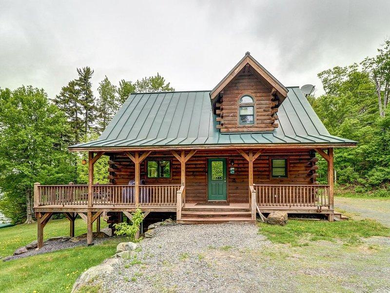Spacious, lakefront cabin w/covered porch, views, & firepit on the shore - dogs, location de vacances à Rockwood