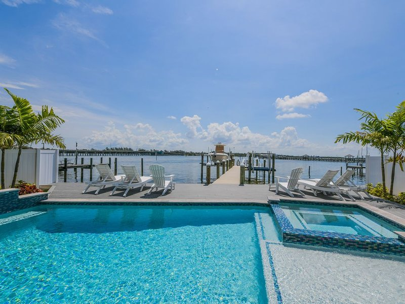 Gorgeous Waterfront Luxury Home, with Pool, Spa, Rooftop, short walk to beach!, holiday rental in Bradenton Beach