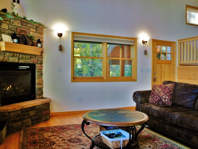 Spacious Lodge with Pond, Private Hot Tub just 1 Mile to Purgatory Ski Resort, holiday rental in Durango Mountain