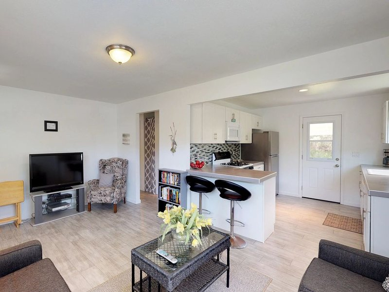 Modern cottage w/large yard, patio & firepit -near beach, 2 dogs OK, holiday rental in Oceano