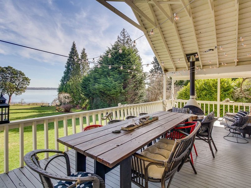 Dog-friendly, waterfront home with gorgeous views, deck, moments from beach!, holiday rental in Hansville