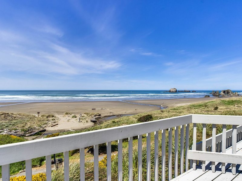 Dog-friendly, oceanfront home w/ beach access, cozy fireplace, and large deck, holiday rental in Bandon